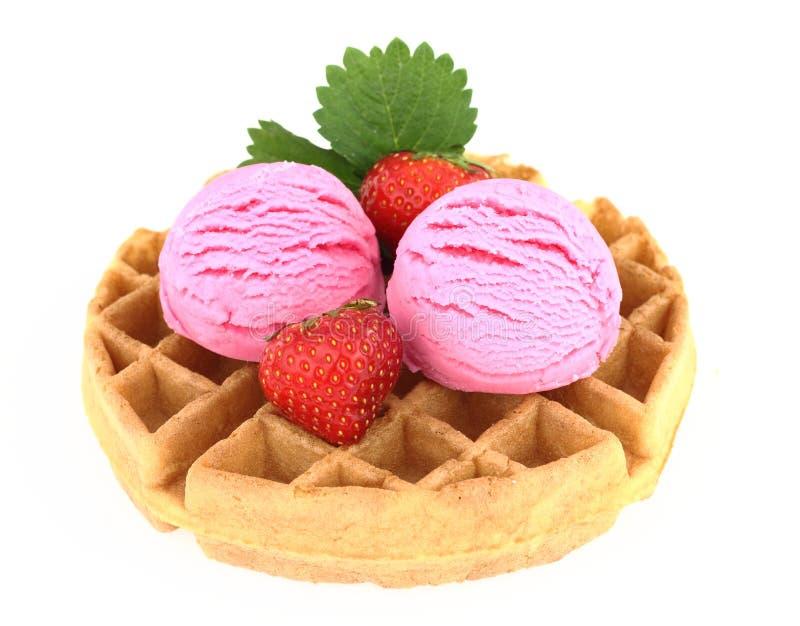 奶油色冰草莓奶蛋烘饼 库存图片
