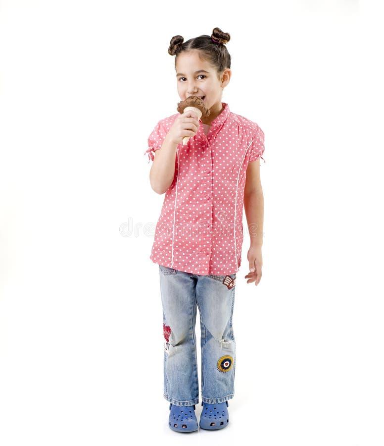 奶油色吃女孩冰少许 免版税库存照片
