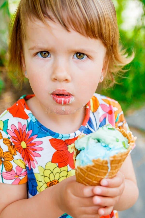 奶油色吃女孩冰少许 库存图片
