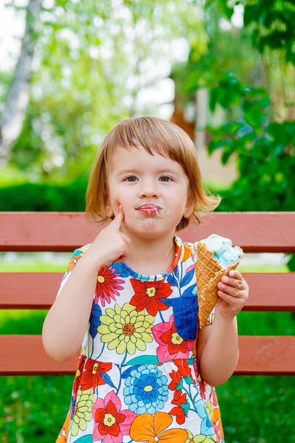 奶油色吃女孩冰少许 免版税图库摄影