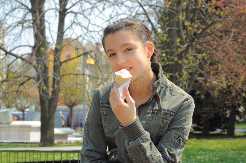奶油色吃女孩冰 免版税图库摄影
