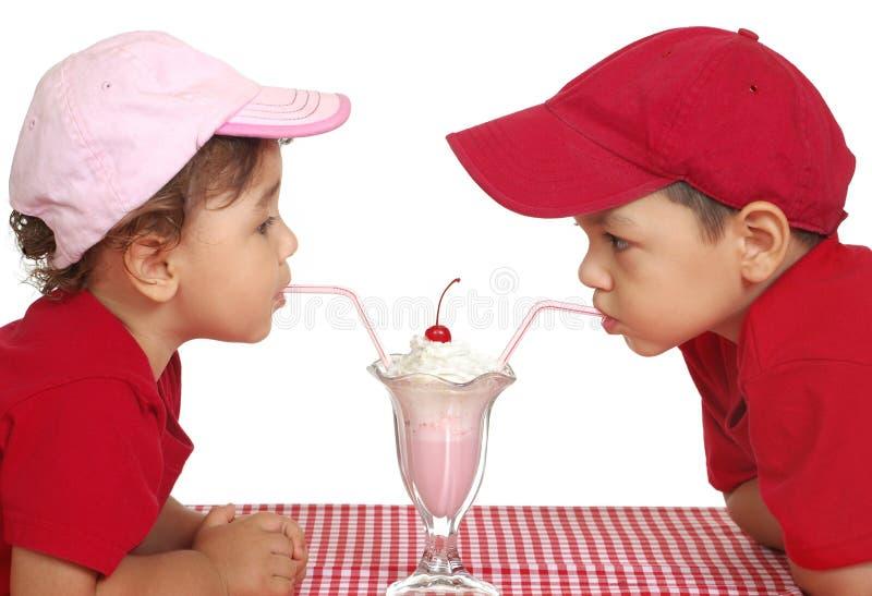 奶油色吃的冰孩子 免版税库存照片