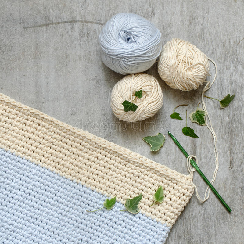 奶油色和蓝色毛线球与钩针的 库存图片