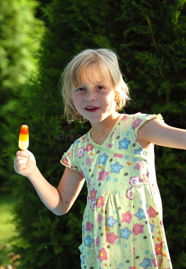 奶油色女孩愉快的冰 免版税库存照片