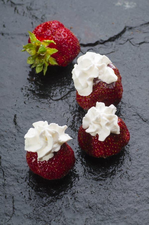 奶油色新鲜的草莓 库存图片