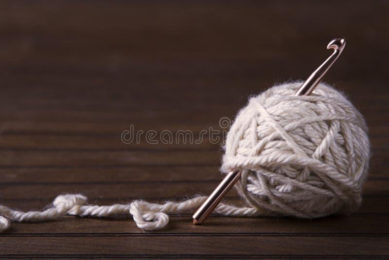 奶油色毛线球与钩针的 免版税库存图片