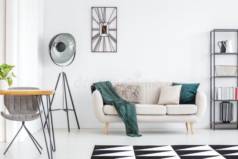 奶油色沙发在客厅 免版税库存图片
