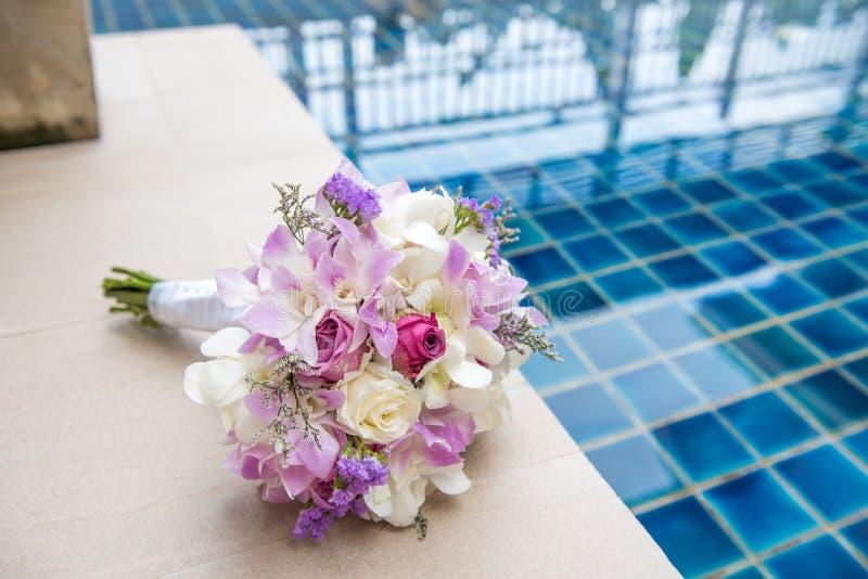 奶油色玫瑰和南北美洲香草美丽的嫩婚礼花束开花 库存图片