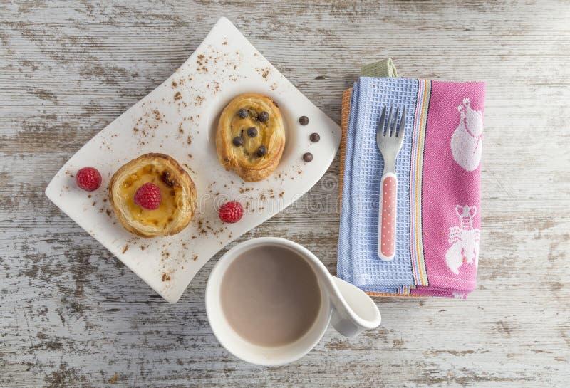 奶油色蛋糕和油酥点心用莓和巧克力 免版税库存图片
