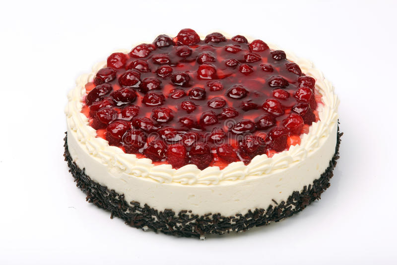 奶油色蛋糕用在白色背景的樱桃 免版税库存照片