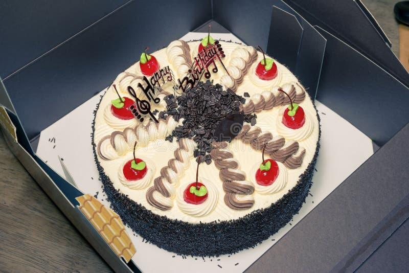 奶油色蛋糕用红色樱桃,过滤器作用 库存照片