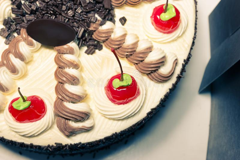 奶油色蛋糕用红色樱桃,过滤器作用 免版税库存照片