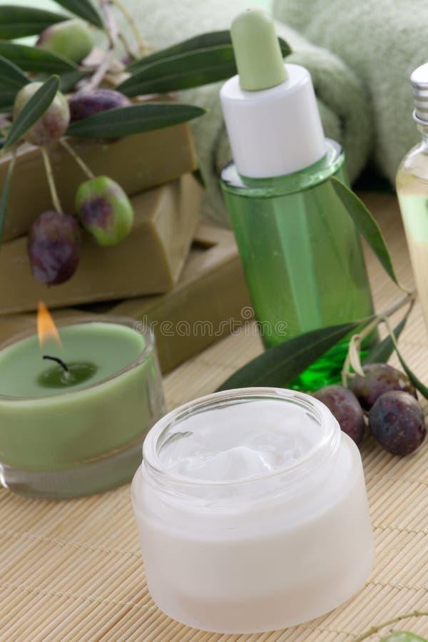奶油色表面橄榄设置了温泉 库存照片