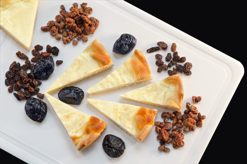 奶油馅饼和干果子在桌上 免版税库存图片