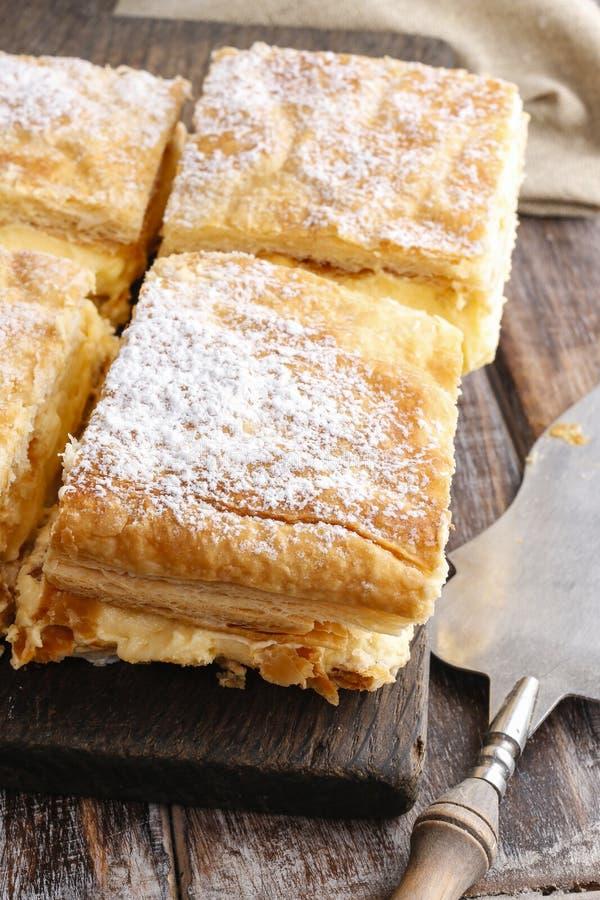 奶油馅饼由油酥点心做成两层,充满鞭打 免版税库存图片