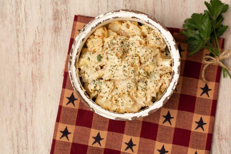 奶油马铃薯沙拉野餐副菜 库存照片
