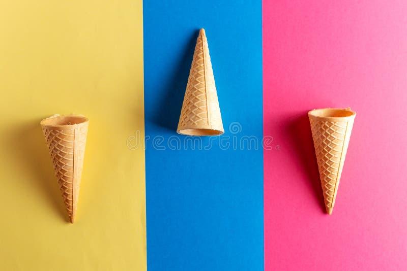 奶蛋烘饼在淡色五颜六色的背景的冰淇淋短号 库存图片