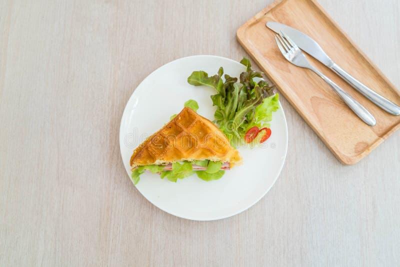 奶蛋烘饼火腿乳酪三明治 图库摄影