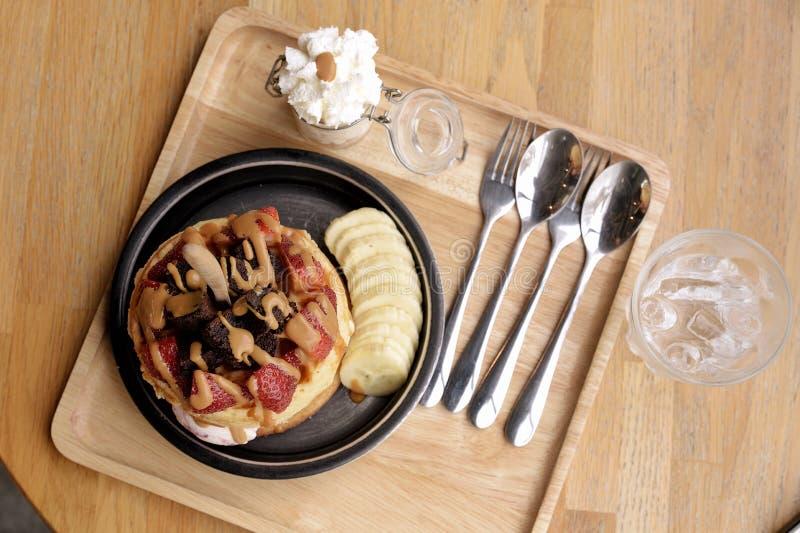 奶蛋烘饼用果子和冰淇凌 库存图片
