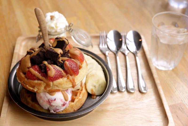 奶蛋烘饼用果子和冰淇凌 免版税库存照片