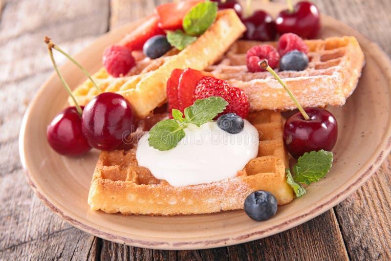 奶蛋烘饼用果子和酸奶 库存照片