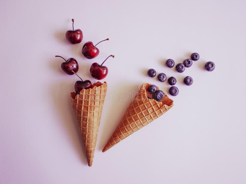 奶蛋烘饼锥体和果子 免版税库存照片