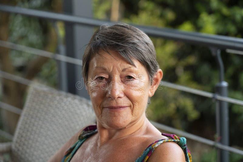 她七十微笑的深色的妇女 库存照片