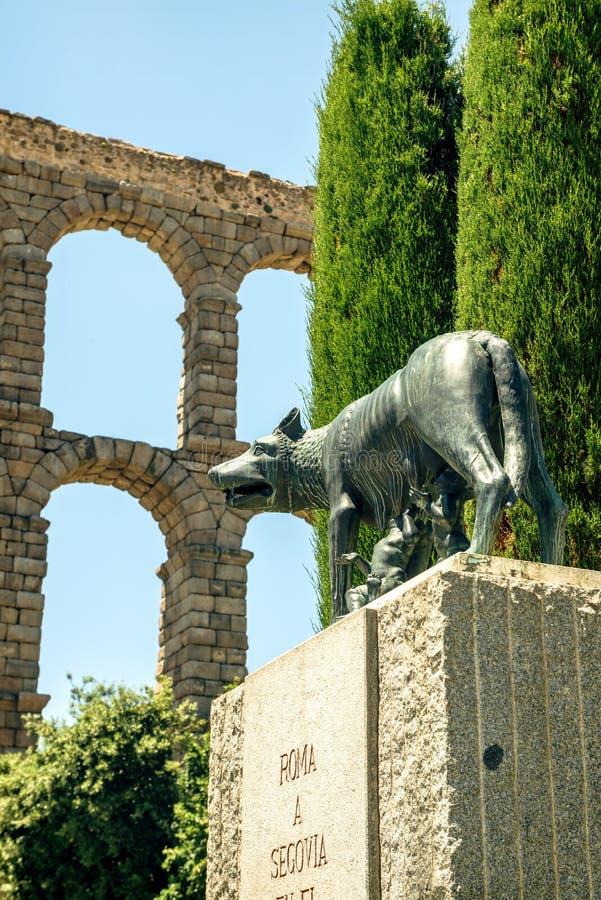 她与罗莫洛和Remo的狼和罗马渡槽在塞戈维亚, 库存图片