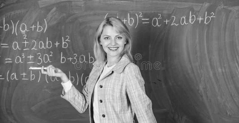 她喜欢她的工作 回到概念学校 预期老师必须考虑的工作环境 妇女微笑 库存图片