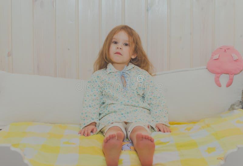 她小儿床使用的女婴 免版税库存照片