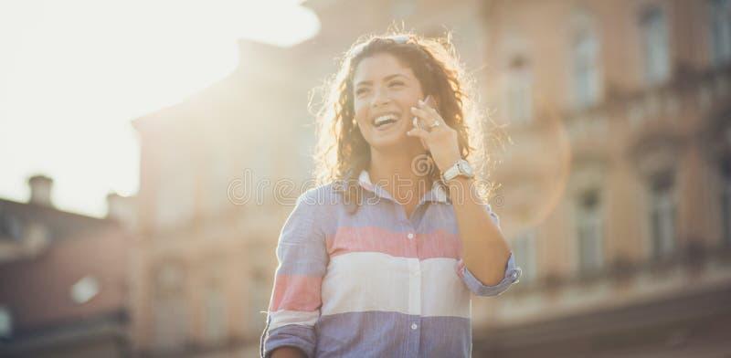 她总是愉快的,当他电话 库存照片