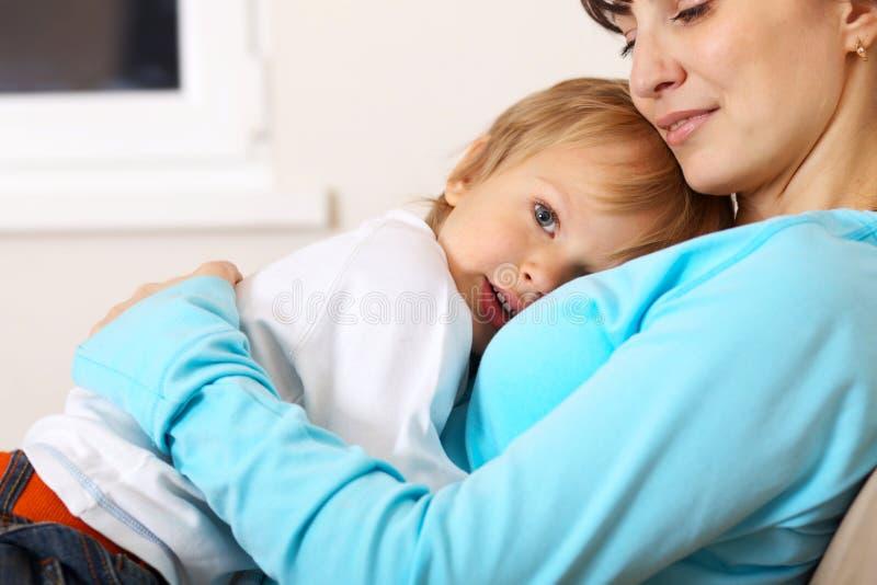 她拥抱的小母亲儿子 免版税库存图片