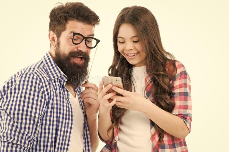 她是爸爸的IT顾问 父母身分和童年 可爱的父亲和逗人喜爱的孩子 女儿教父亲如何使用 库存图片