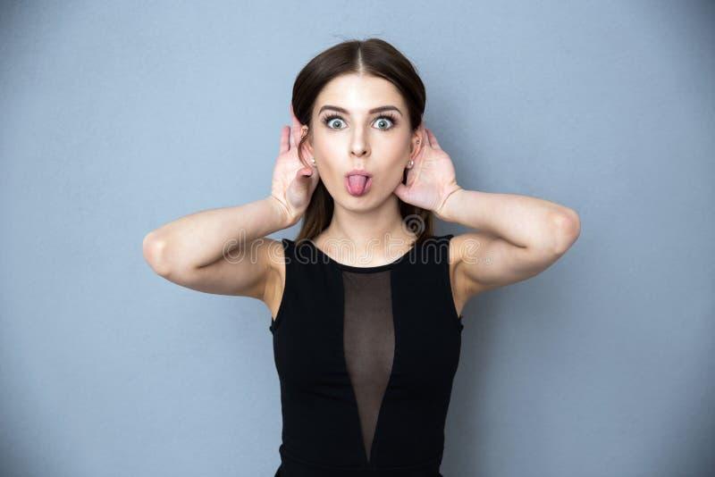 她显示的舌头妇女年轻人 图库摄影