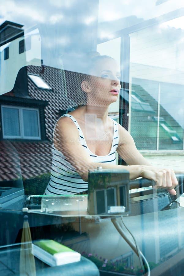 欧美少妇飞机_她的作用的少妇作为公共汽车司机. 航天飞机, 白天.