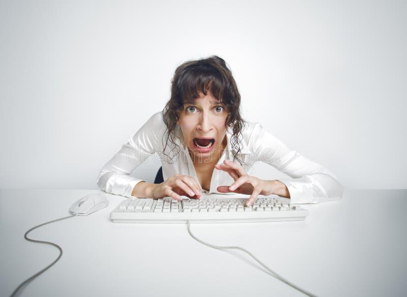 她的办公桌的害怕的妇女 免版税库存图片