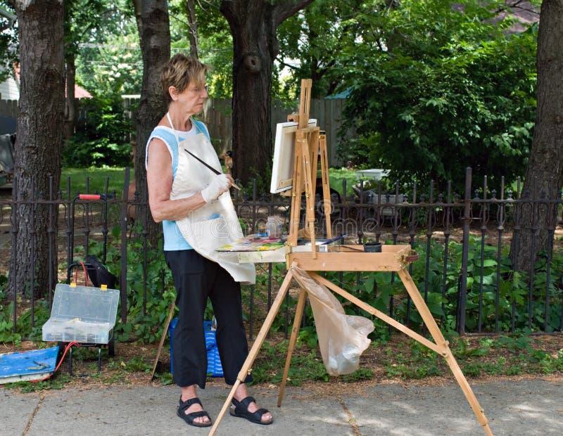 她的学习工作的画家 图库摄影