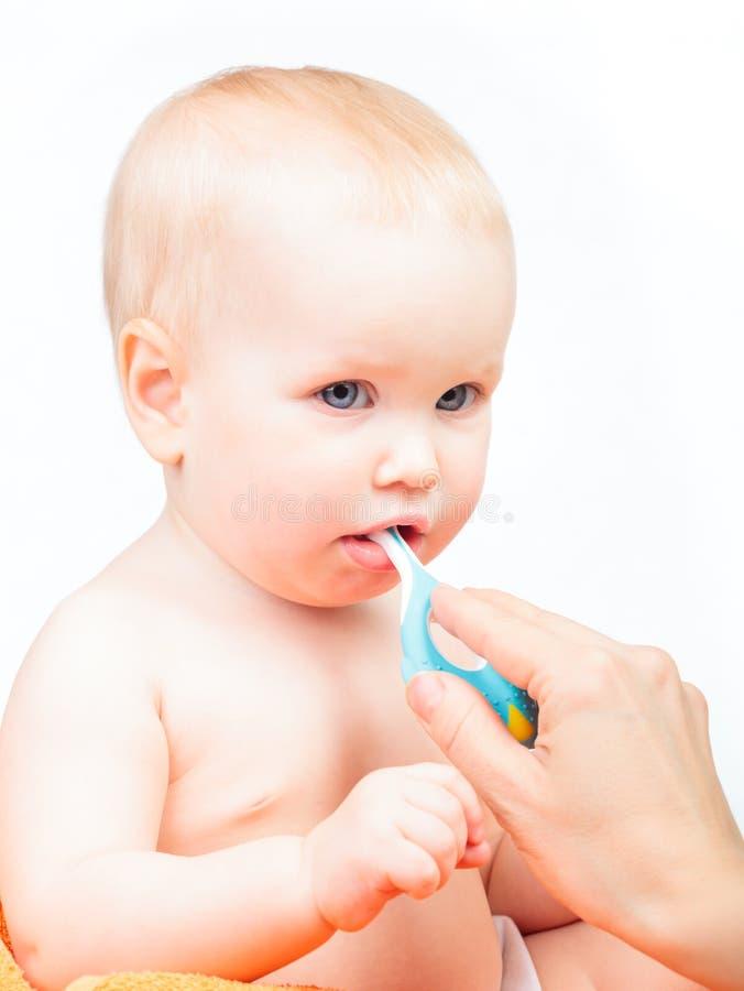 她的小婴孩的母亲掠过的牙 免版税图库摄影