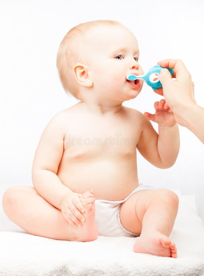 她的小婴孩的母亲掠过的牙 免版税库存照片