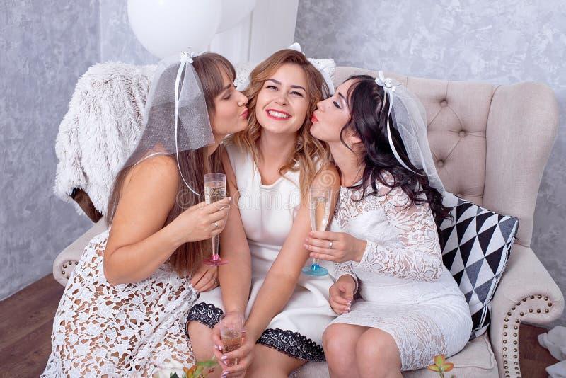 她的朋友被亲吻的激动的少妇 库存图片