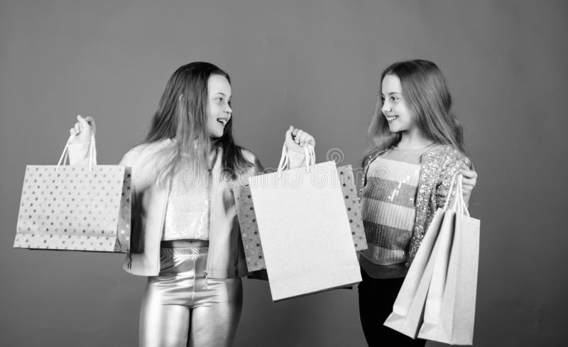 她的梦想购物  愉快的孩子在有袋子的商店 购物是最佳的疗法 t ?? 免版税库存图片