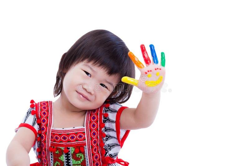 绘她的棕榈的可爱的矮小的亚裔(泰国)女孩,被隔绝 库存图片
