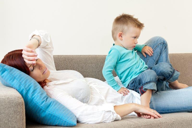她的母亲儿子疲倦 图库摄影