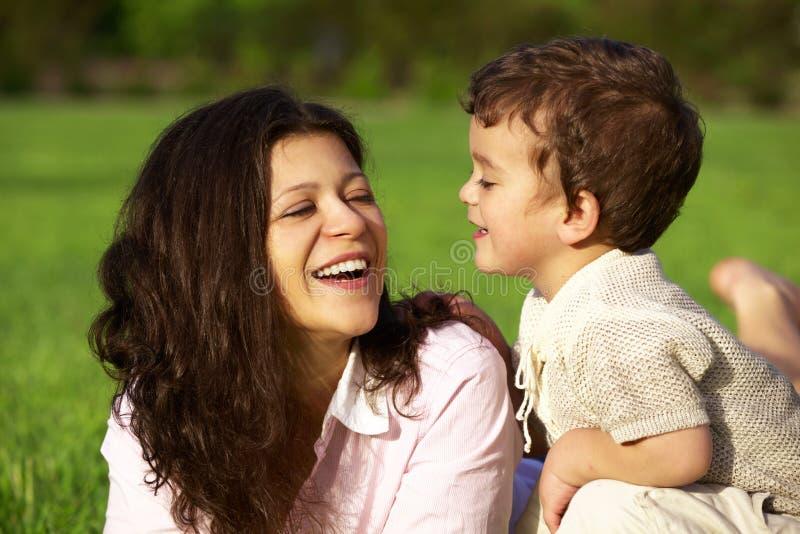她的母亲室外使用的儿子 免版税库存照片