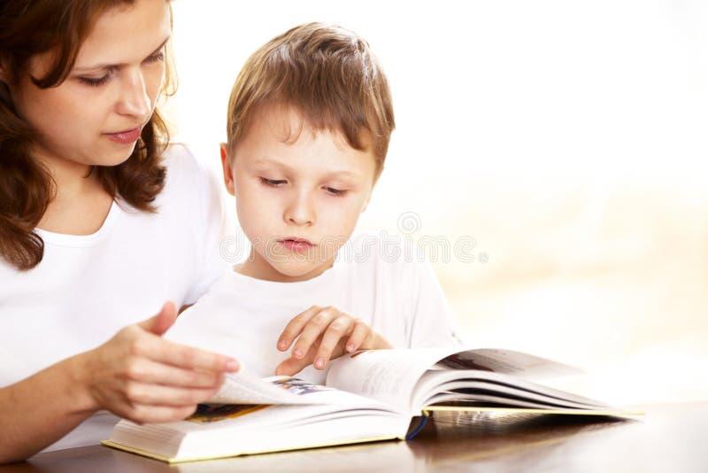 她的母亲读取儿子 库存图片