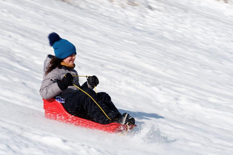 她的爬犁的一个十岁的女孩在魁北克加拿大 库存照片