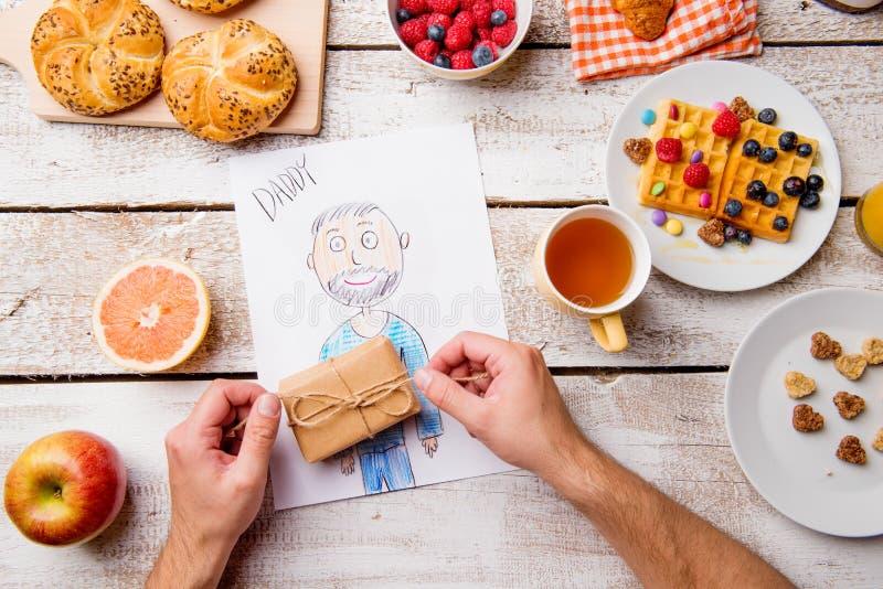 她的爸爸柴尔兹图画  父亲节 早餐膳食 免版税图库摄影