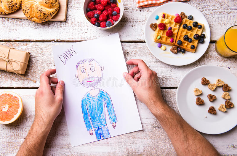 她的爸爸柴尔兹图画  父亲节 早餐膳食 库存照片
