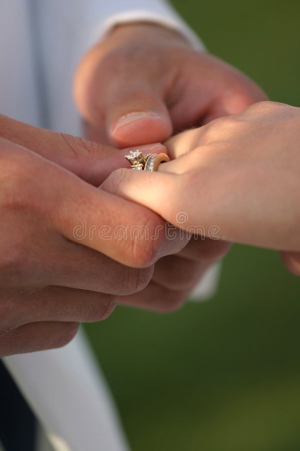 她的环形婚礼 免版税库存图片