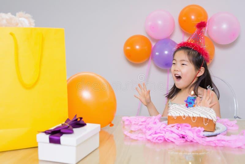 她的生日聚会的快乐的惊奇的小女孩 图库摄影